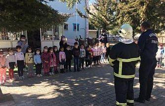 İtfaiyeci erlerinden miniklere yangın eğitimi
