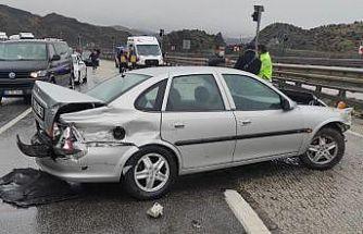 Otomobil kayganlaşan yolda bariyere çarptı: 1 yaralı