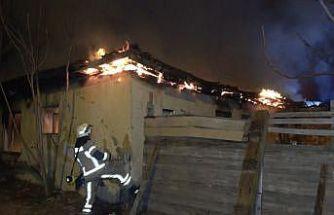(Özel) Bina yangını mahalleliyi sokağa döktü, sosyal mesafe hiçe sayıldı