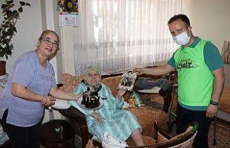 106 yaşındaki Şaziment teyzeye Anneler Günü sürprizi