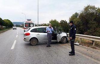 Bilecik'te kontrolden çıkan otomobil bariyerlere çarptı, 1 kişi yaralandı