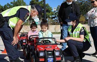 Jandarma ekipleri, çocuklara trafik eğitimi verdi