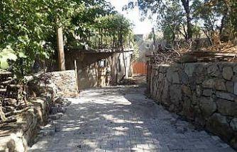 Şenoba Belediyesinden belde içine istinat duvarlarının ardından parke taşı döşeme çalışmaları