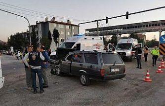 Tır kavşakta minibüs ve otomobille çarpıştı: 4 yaralı