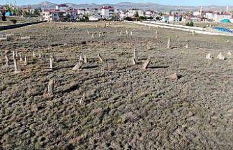 5 asırlık mezar, insan boyunu aşan taşları ile dikkat çekiyor