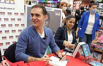 Pedro Alonso Akasya AVM'de okuyucularıyla bir araya geldi